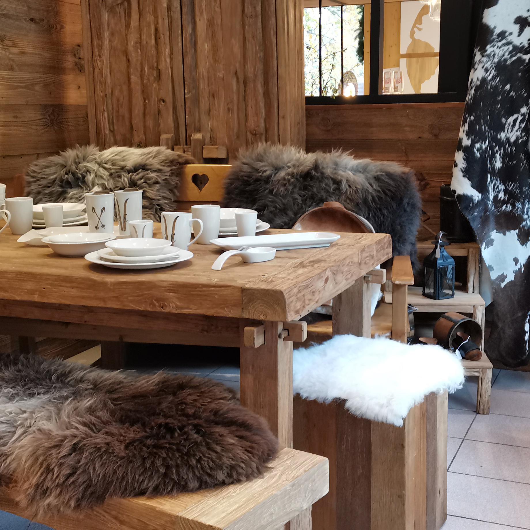 table en bois et peaux de bêtes