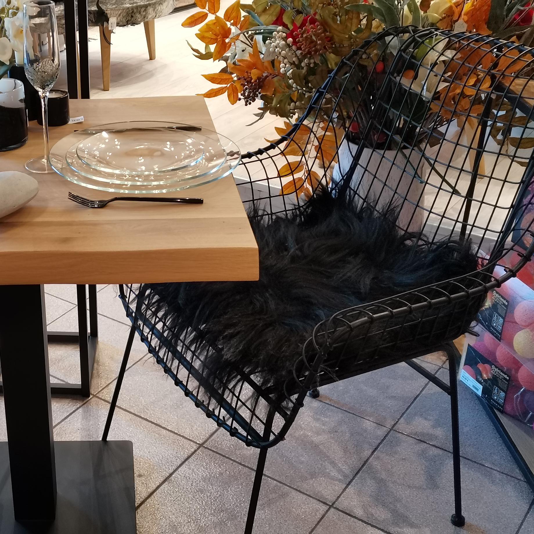 chaise en fer et peaux de bêtes