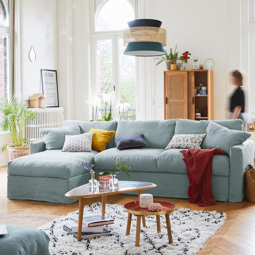canapé bleu clair et coussins colorés